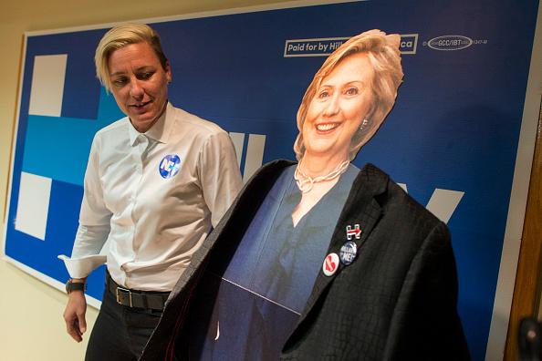 Women's Soccer「Lena Dunham And Abby Wambach Attend Women For Hillary Events」:写真・画像(18)[壁紙.com]