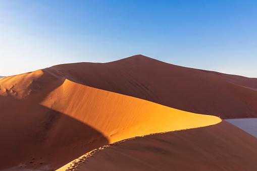 Passenger「Africa, Namibia, Namib desert, Naukluft National Park, tourists on sand dune 'Big Daddy'」:スマホ壁紙(10)