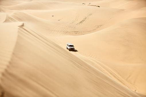 Namibia「Africa, Namibia, Namib-Naukluft National Park, Namib desert, desert dunes, off-road vehicle」:スマホ壁紙(3)