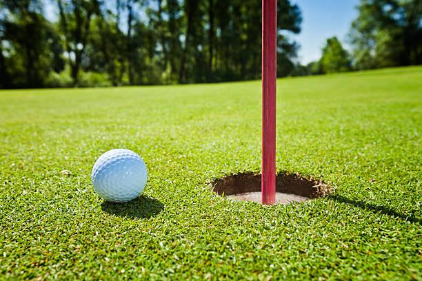 Golf grass court with ball:スマホ壁紙(壁紙.com)