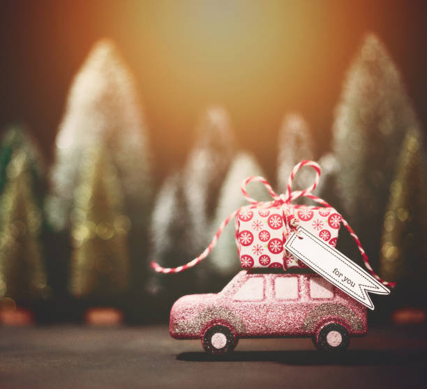 Pink car transporting Christmas gift. Christmas holiday background.:スマホ壁紙(壁紙.com)