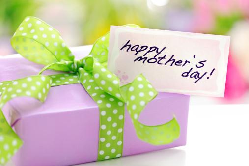 母の日「パープルのギフトボックスには、母の日カード」:スマホ壁紙(14)
