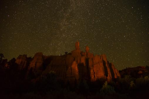 星空「USA, Utah, Bryce Canyon, Night sky above rocks」:スマホ壁紙(10)
