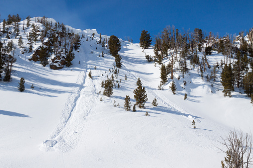 Ski Resort「Two large sections of a cornice carved a slope in the Beehive Basin near Big Sky, Montana.」:スマホ壁紙(7)