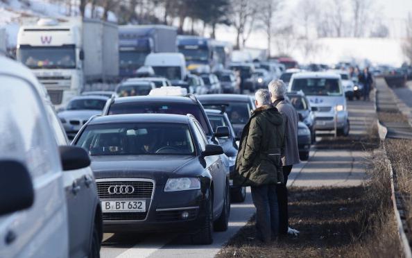 Traffic「Winter Vacation Highway Traffic Jam」:写真・画像(5)[壁紙.com]