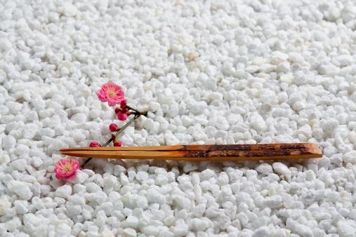 梅の花「Japanese plum and chopsticks」:スマホ壁紙(13)