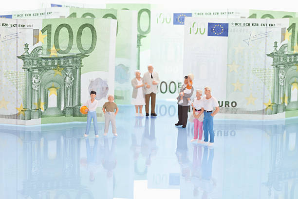 Figurines standing in front of 100 euro note:スマホ壁紙(壁紙.com)