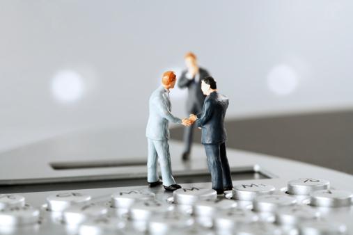 Figurine「Figurines standing on calculator keyboard」:スマホ壁紙(11)