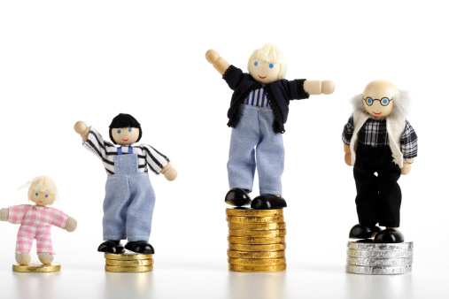Cheering「Figurines standing on piles of coins」:スマホ壁紙(9)
