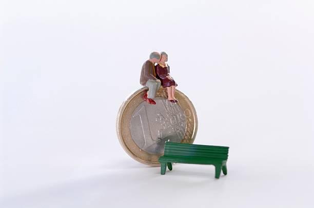 Figurines sitting on coin, bench aside:スマホ壁紙(壁紙.com)