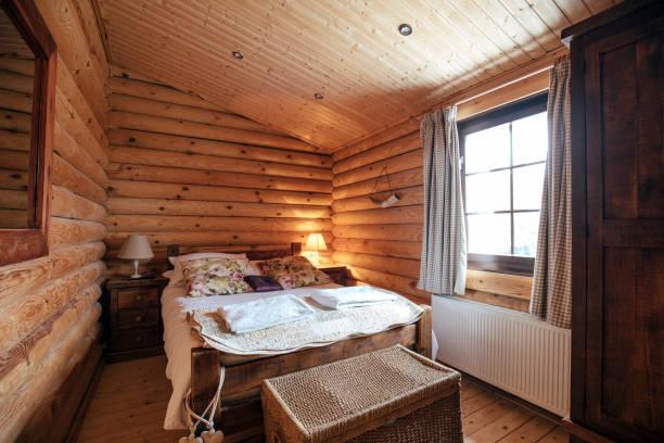 Cozy Bedroom in Log Cabin:スマホ壁紙(壁紙.com)