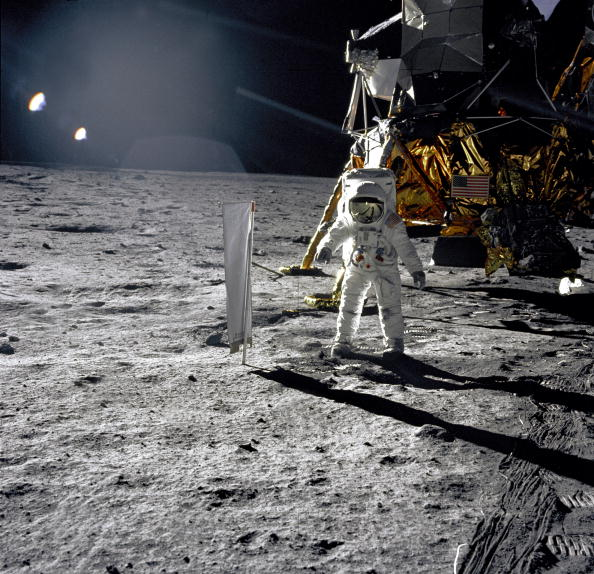 月「Astronaut Buzz Aldrin, lunar module pilot, walks on the surface of the Moon near the leg of the Lunar Module (LM) 'Eagle' during the Apollo 11 exravehicular activity (EVA). Astronaut Neil A. Armstrong, commander, took this photograph with a 70mm lunar s」:写真・画像(4)[壁紙.com]