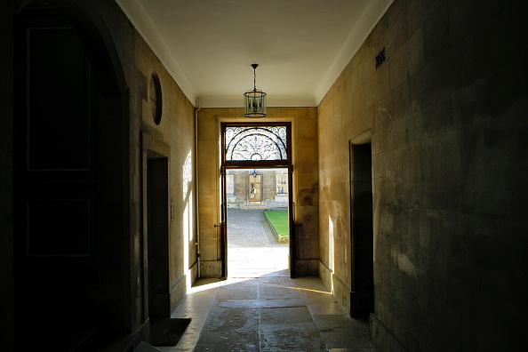 Grass「Doors opening on courtyard in a listed building in Cambridge, United Kingdom」:写真・画像(19)[壁紙.com]