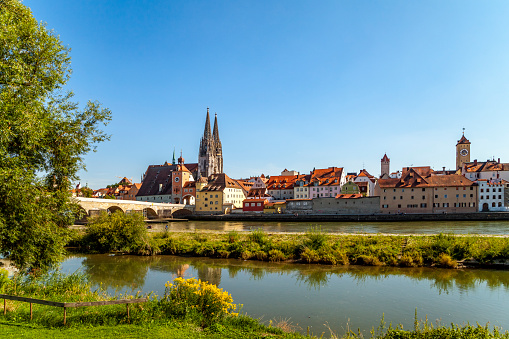 Cathedral「Germany, Regensburg, view of old town with cathedral and Danube River in the foreground」:スマホ壁紙(16)