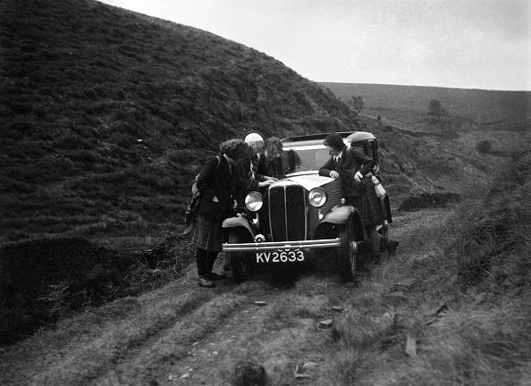 Country Road「Kitty Brunell road testing a Standard Little Twelve saloon, c1932」:写真・画像(4)[壁紙.com]