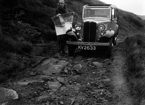 Dirt Road「Kitty Brunell road testing a Standard Little Twelve saloon, c1932」:写真・画像(14)[壁紙.com]
