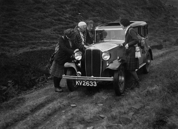 Dirt Road「Kitty Brunell road testing a Standard Little Twelve saloon, c1932」:写真・画像(2)[壁紙.com]