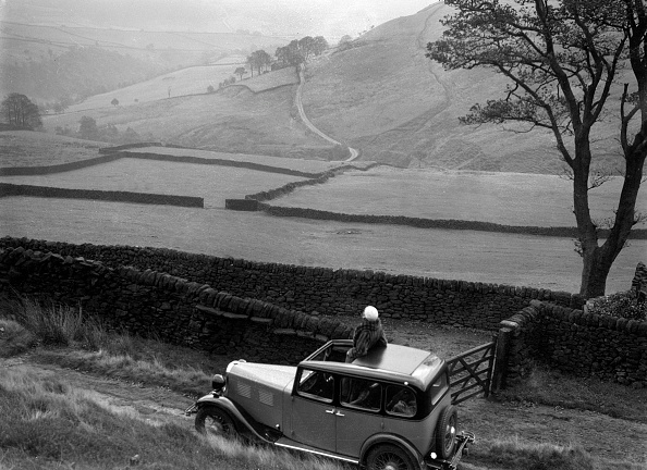 Scenics - Nature「Kitty Brunell road testing a Standard Little Twelve saloon, c1932」:写真・画像(16)[壁紙.com]