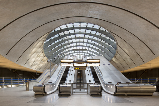 Tube「Docklands Underground tube station, London」:スマホ壁紙(15)