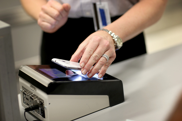 税関「CBP Demonstrates New App For Expedited Passport Control And Customs Screening」:写真・画像(2)[壁紙.com]