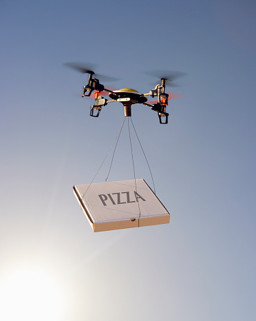 英字「Drone delivering a pizza」:スマホ壁紙(13)