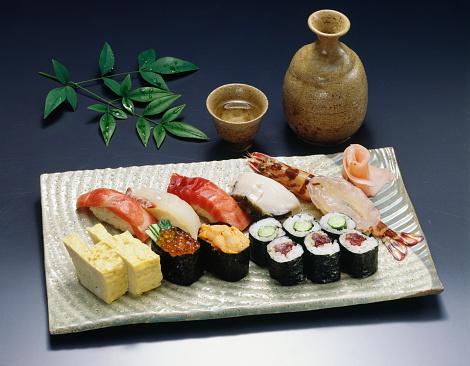 Sake「Sake and Sushi on plate, black background」:スマホ壁紙(13)