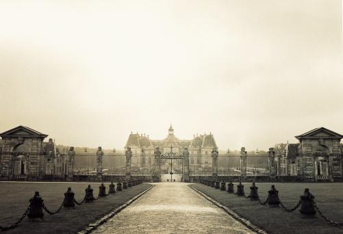 Chateau de Vaux-le-Vicomte「Mansion behind large fence」:スマホ壁紙(1)