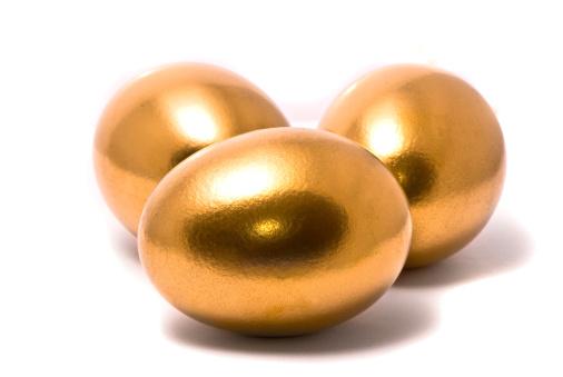 Hen「Three golden eggs on studio white background」:スマホ壁紙(1)