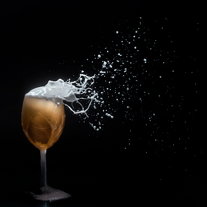 Motion「Beer foam blowing off a wine glass」:スマホ壁紙(14)