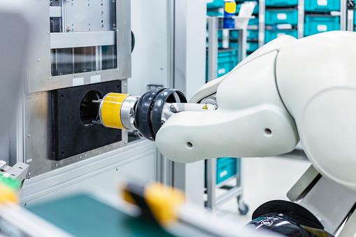 Robot Arm「Arm of assembly robot functioning inside modern factory, Stuttgart, Germany」:スマホ壁紙(13)