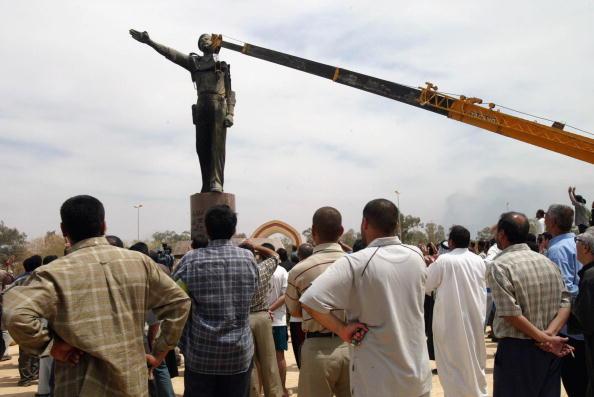 Baghdad「Iraqi Citizens Look On During Destruction Of Monument」:写真・画像(6)[壁紙.com]