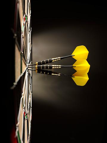 Target Shooting「Three Yellow Darts in a Dartboard」:スマホ壁紙(16)