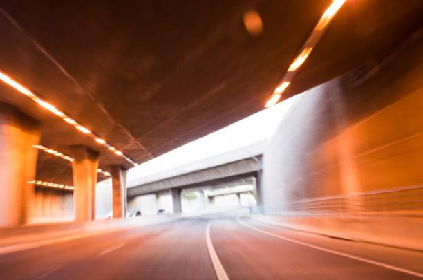 Run through the light and the road.:スマホ壁紙(壁紙.com)