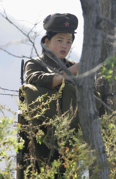 Guarding「Military Stand Guard On North Korean Borders」:写真・画像(0)[壁紙.com]