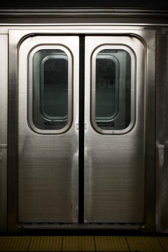 Railway「Doors to a Subway Train in New York, Nobody」:スマホ壁紙(4)
