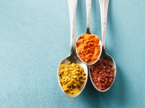 Salt - Seasoning「Cayenne pepper, Curry powder and rock salt on spoons, elevated view」:スマホ壁紙(12)
