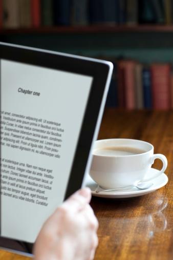 Coffee Break「Digital tablet in a library or book shop」:スマホ壁紙(1)