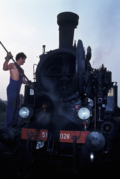 T 「Emptying ash from the smokebox of a Yugoslav Railways 51 class 2-6-2T (Hungarian Class 375) at Karlovac shed on Tuesday 16 August 1983.」:写真・画像(18)[壁紙.com]