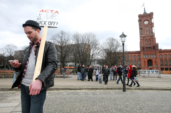 Delayed Sign「Activists Protest ACTA Proposal」:写真・画像(12)[壁紙.com]