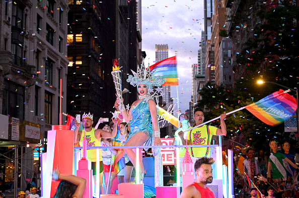 LGBTQIA Pride Event「Smirnoff, Alyssa Edwards And Over 200 Marchers Show New York City Is home For Everyone On The Brand's Float At The NYC Pride March」:写真・画像(10)[壁紙.com]
