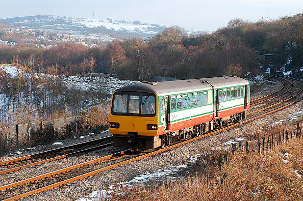 Sprinkling「A bright day in early 2004 with a sprinkling of snow still to melt sees a local service from Barry Island to Bargoed pass Gilfach on the approach to Bargoed. February 2004.」:写真・画像(2)[壁紙.com]
