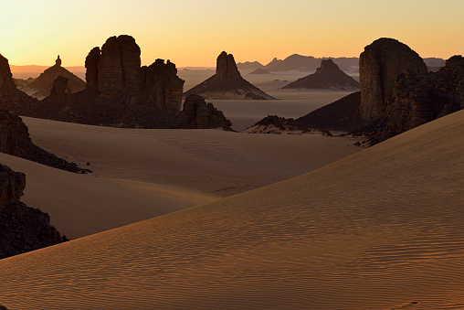 Remote Location「Africa, Algeria, Sahara, Tassili N'Ajjer National Park, Sunset over Timghas」:スマホ壁紙(8)