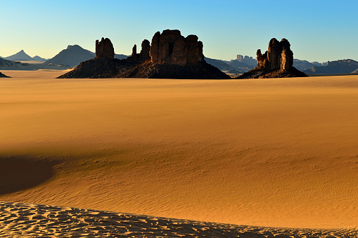 Famous Place「Africa, Algeria, Sahara, Tassili N'Ajjer National Park, Tadrart, Rock towers and sand dunes in Tiou Tatarene」:スマホ壁紙(6)