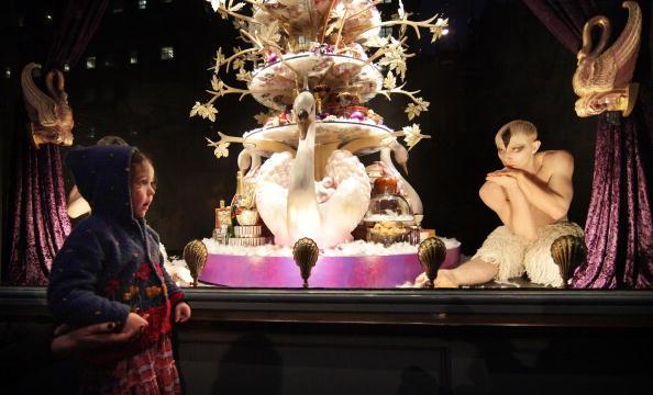 Staring「Sadler's Wells Help Fortnum And Mason Launch Their Christmas Windows」:写真・画像(1)[壁紙.com]