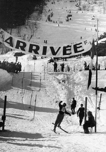 Chamonix「The French skier Emile Allias wins the gold medal at the alpine world ski championship in Chamonix in 1937. Photograph, 1937.」:写真・画像(15)[壁紙.com]