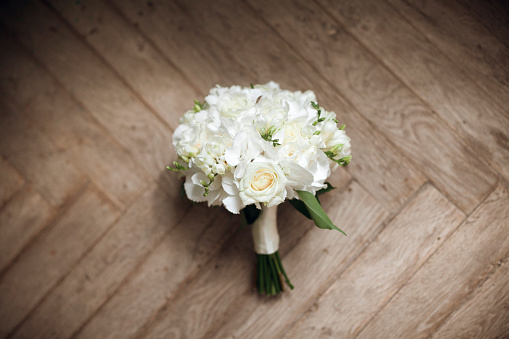 結婚「Bouquet of white roses on floor」:スマホ壁紙(2)