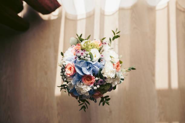 Bouquet of flowers in vase on floor:スマホ壁紙(壁紙.com)