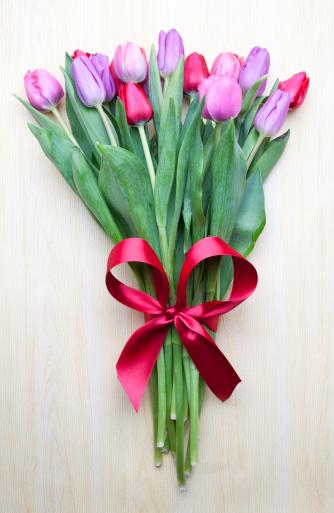 チューリップ「Bouquet of tulips with red ribbon」:スマホ壁紙(7)