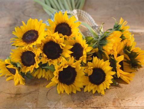 ひまわり「Bouquet of sunflowers on table」:スマホ壁紙(15)