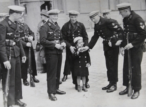 Bouquet「A Bouquet Of A Small Viennese Girl For The Farewell Of The Guard Of Honor Of The Marine Sergeant Teaching Department From Kiel. April 24Th Of 1938. Photograph.」:写真・画像(10)[壁紙.com]